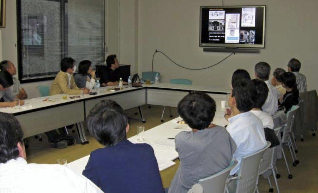 写真6:パワーポイントに見いる会場の参加者